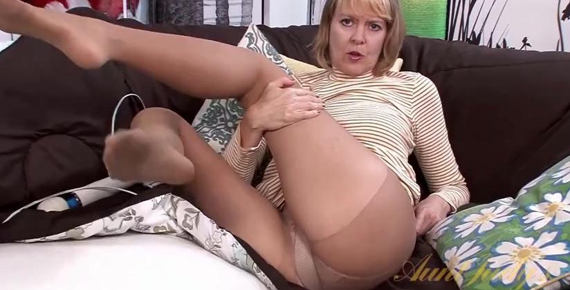 Порно Старушки В Колготках Мастурбируют